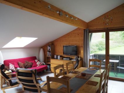 Living room: sofa bed, x3 'easy' chairs, widescreen TV, DVD player & selection of DVD's, stereo, board games, free WIFI. Balcony with views of the mountains behind