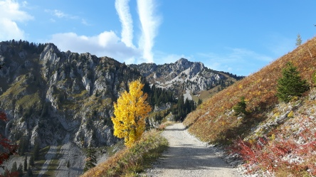 Hiking up to Lac d'Arvouin in Autumn